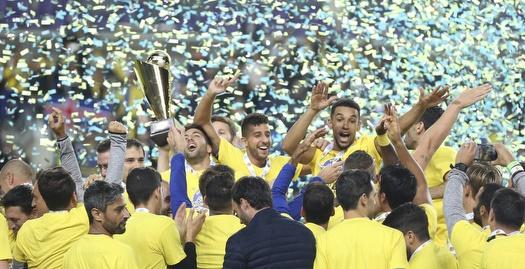 שחקני מכבי תל אביב מניפים את הגביע (איציק בלניצקי)