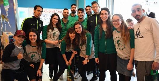 שחקני מכבי חיפה בביקור המסורתי ברמב