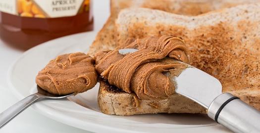 טוסט עם חמאת בוטנים. חלבון שלם בהחלט