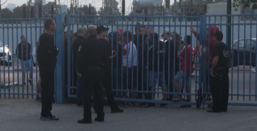 אוהדי הפועל תל אביב מחוץ לאצטדיון (מערכת ONE)