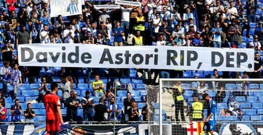 אוהדי אספניול עם שלט לזכרו של  דויד אסטורי (La Liga)
