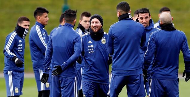 ליאו מסי עם שחקני ארגנטינה (רויטרס)