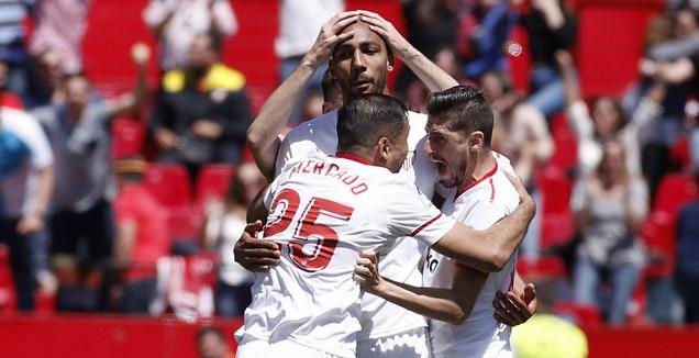 שחקני סביליה חוגגים עם סטיבן אנזונזי (La Liga)