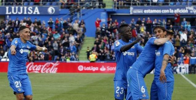 שחקני חטאפה חוגגים עם סוארס (La Liga)