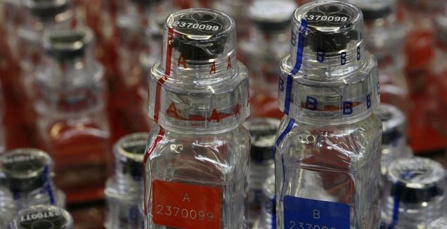 בקבוקונים לבדיקת חומרים אסורים (רויטרס)