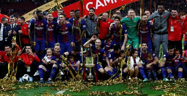 אינייסטה ושחקני ברצלונה עם הגביע (רויטרס)