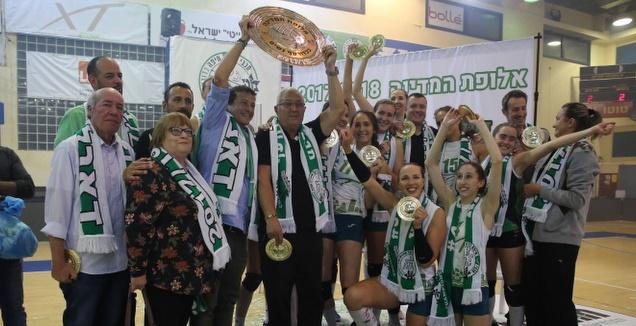 מכבי חיפה מניפה את הצלחת (דב קרייזל)