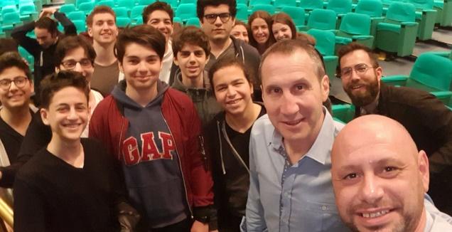 דייויד בלאט והילדים בבית הספר (מערכת ONE)