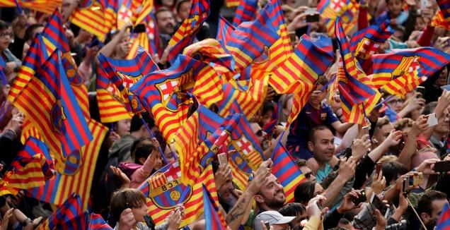 אוהדי ברצלונה חוגגים עם הדגלים (רויטרס)