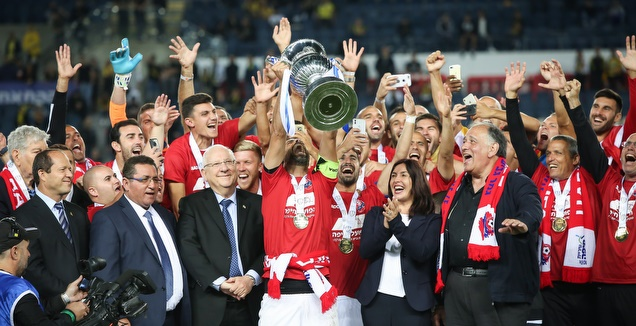שחקני הפועל חיפה עם גביע המדינה (רדאד ג'בארה)