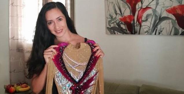 נטע ריבקין עם הבגד שמוצע למכירה