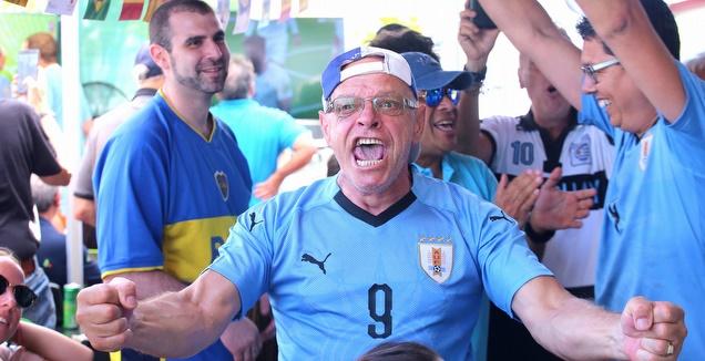 אוהדי אורוגוואי חוגגים (שחר גרוס)