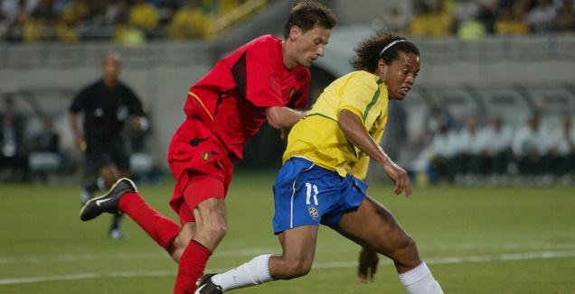 רונאלדיניו מול סימונס במונדיאל ב-2002 (רויטרס)
