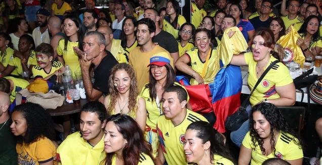 אוהדי נבחרת קולומביה צופים במשחק (רדאד ג'בארה)