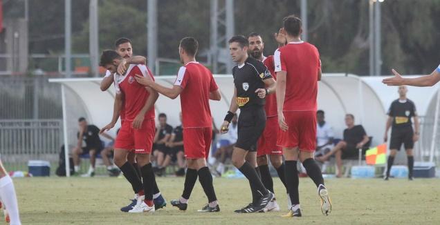 שחקני הפועל חיפה מברכים את גיא חדידה (אחמד מוררה)