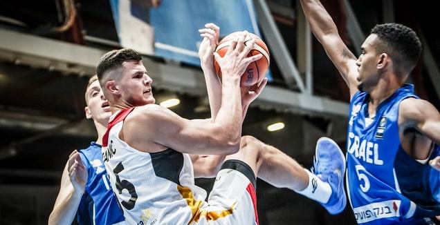 מייקל בריסקר מנסה לחסום (FIBA)
