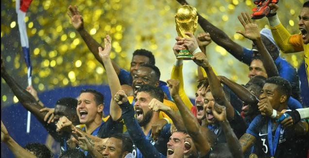 שחקני צרפת בטירוף עם גביע המונדיאל (רויטרס)
