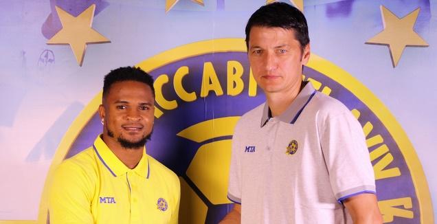 צ'יקו אופואדו עם ולדימיר איביץ' לאחר החתימה (האתר הרשמי של מכבי ת