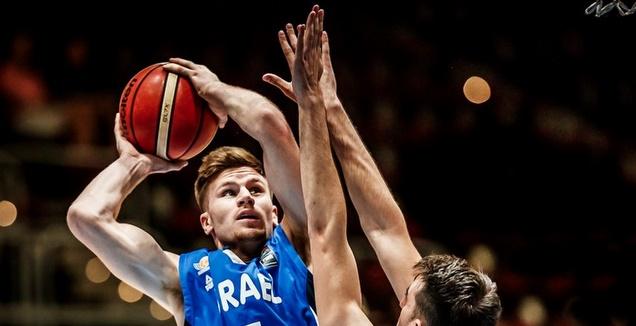 מירון רוינה מנסה לזרוק לסל (FIBA) (מערכת ONE)