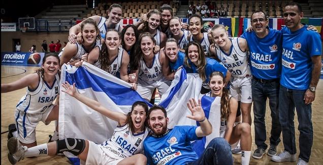 הבנות חוגגות עם דגל ישראל (פיב