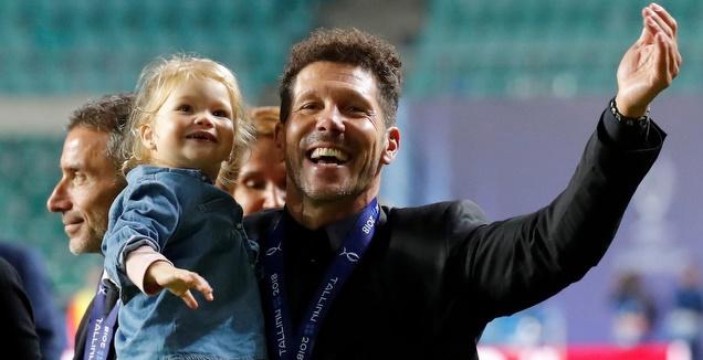 דייגו סימאונה חוגג עם בתו (רויטרס)