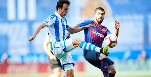 לואיס סוארס מנסה להגיע לכדור (La Liga)