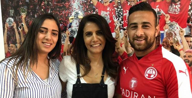 דיא סבע ואשתו נרמין עם אלונה ברקת (הפייסבוק של הפועל ב