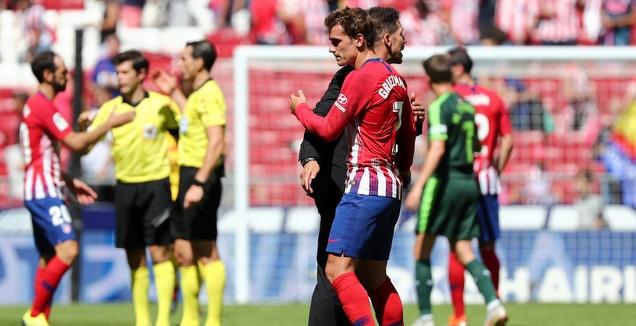דייגו סימאונה מחבק את אנטואן גריזמן (רויטרס)