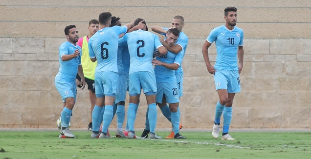 שחקני נבחרת ישראל חוגגים עם קניקובסקי (אחמד מוררה)