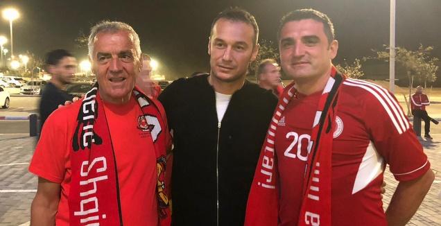 חמדי סליחי עם אוהדי נבחרת אלבניה (עמית קרקו)