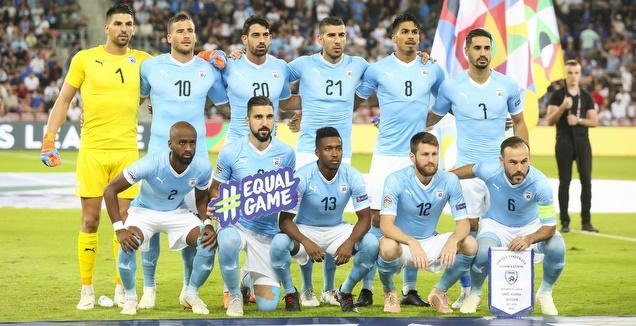 שחקני נבחרת ישראל לפני המשחק (איציק בלניצקי)