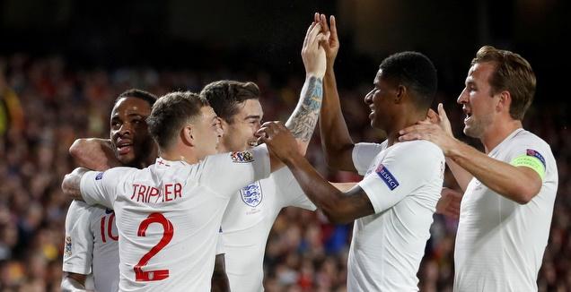 שחקני נבחרת אנגליה חוגגים עם ראחים סטרלינג (רויטרס)