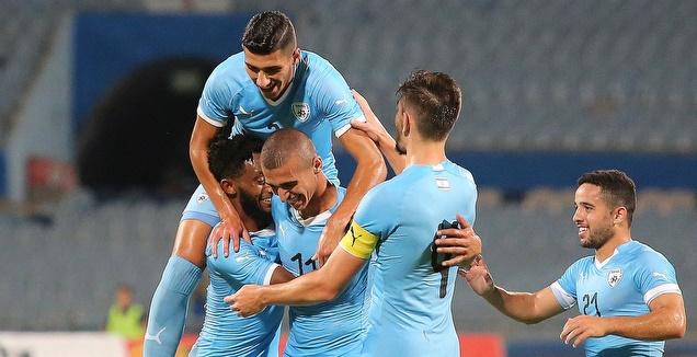 שחקני נבחרת ישראל הצעירה חוגגים (שחר גרוס)
