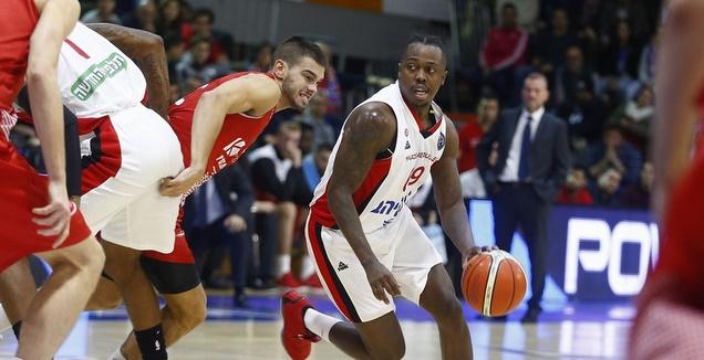 ג'ייקובן בראון עם הכדור (FIBA)