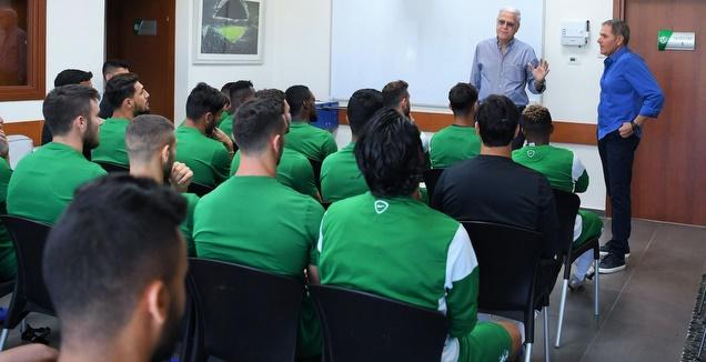 גוטמן מוצג בפני השחקנים (האתר הרשמי של מכבי חיפה)