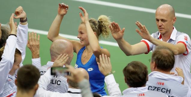 שיניאקובה חוגגת עם אנשי הנבחרת הצ'כית (רויטרס)