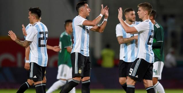 שחקני ארגנטינה חוגגים מול מקסיקו (רויטרס)