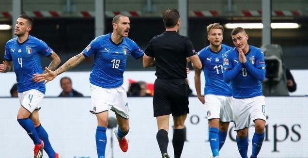 לאונרדו בונוצ'י ושחקני איטליה עצבניים על השופט (רויטרס)