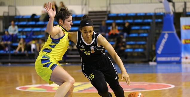 אלישיה גריי עם הכדור (צילום: לירון מולדובן, מנהלת ליגת העל באדיבות לנשים בכדורסל)