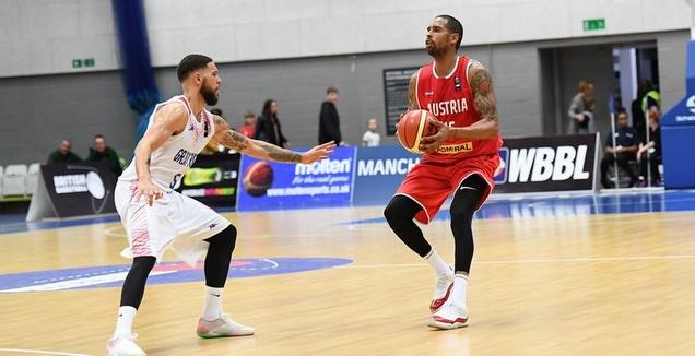סילבן לנדסברג עם הכדור (FIBA) (מערכת ONE)