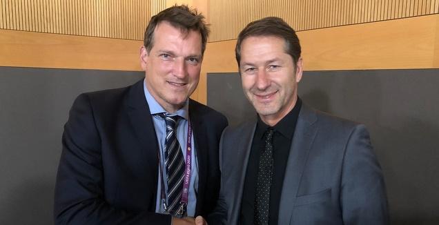 אנדי הרצוג ומאמן אוסטריה, פרנק פודה (באדיבות ההתאחדות לכדורגל)