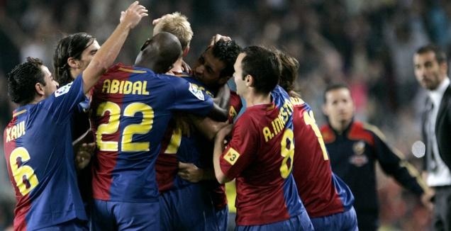 שחקני ברצלונה חוגגים בניצחון הראשון של גווארדיולה על הקווים בקלאסיקו (רויטרס)
