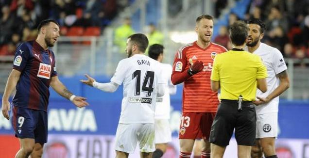 שחקני ולנסיה מוחים בפני השופט (La Liga)
