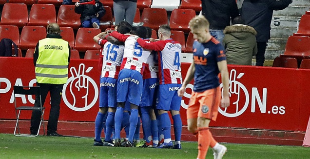 שחקני ספורטינג חיחון חוגגים (La Liga)