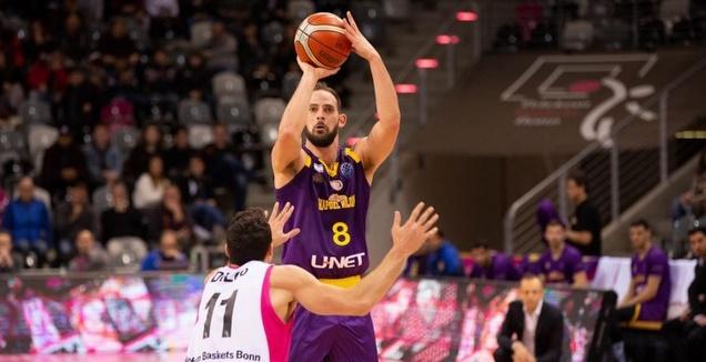 עמית שמחון זורק לסל (FIBA)