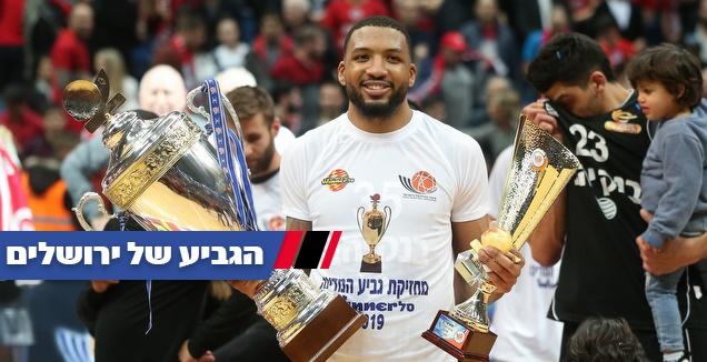 טיישון תומאס עם גביע המדינה וגביע ה-MVP (רדאד ג'בארה)