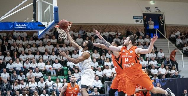 שחקני נס ציונה במאבק על הכדור (FIBA)