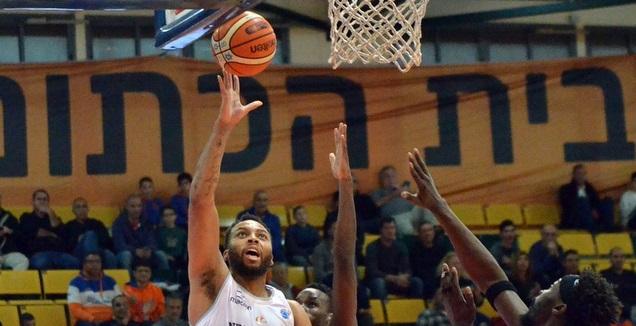 דקוואן קוק עולה לסל (FIBA)