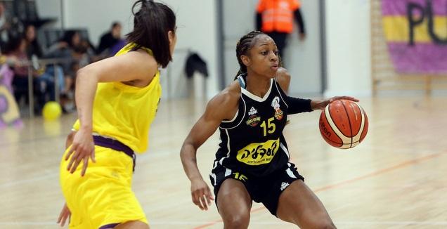 טיפאני מיטצ'ל עם הכדור מול נופר שלום (אודי ציטיאט, באדיבות מנהלת ליגת העל לנשים בכדורסל)