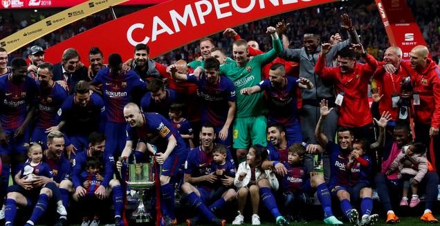 שחקני ברצלונה עם גביע המלך ב-2018 (רויטרס)